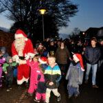 Julemanden fører an hen til juletræet