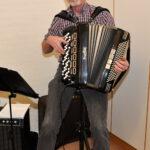 Jens Bramer spiller julemusik i Sognehuset