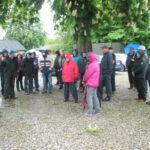 Folk samles under kastanietræet